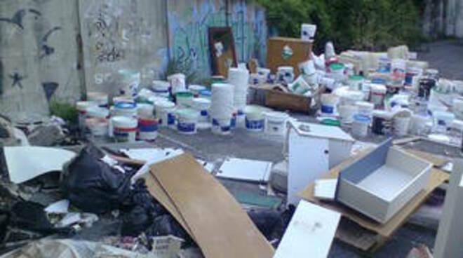 Cava de' Tirreni, 100 kg di vernice abbandonati: allarme in discarica