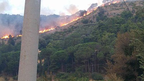 Piromani scatenati a Cava: vigili del fuoco impegnati per 6 ore a spegnere il rogo