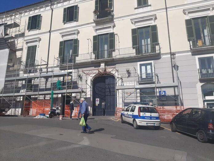 Cava, paura per un operaio caduto da un'impalcatura a piazza San Francesco