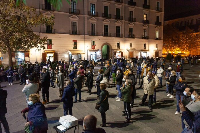 Cava, poca gente ma riuscita la pacifica manifestazione delle opposizioni sull'Ospedale