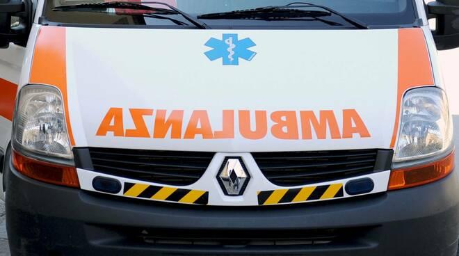 Cava de' Tirreni movida violenta ragazzi bloccano ambulanza del 118 proveniente da Vietri sul mare