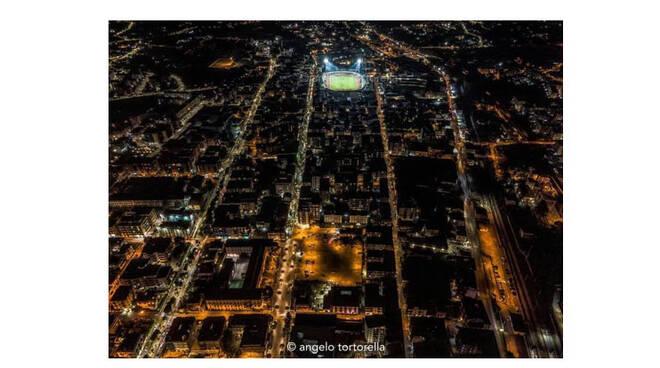 Cava de' Tirreni illumina lo stadio Simonetta Lamberti per salutare Diego Armando Maradona