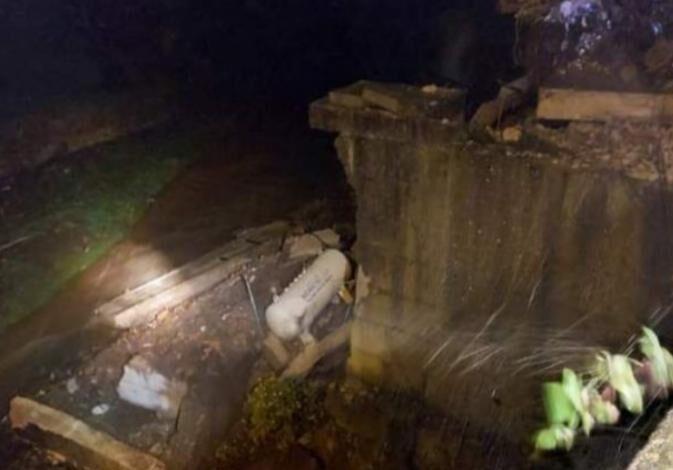 Maltempo a Cava de' Tirreni, furgone e cisterna del gas precipitano nel fiume