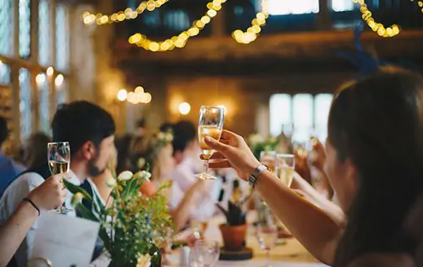 Come festeggiare Natale e Capodanno, le regole per pranzi e cene