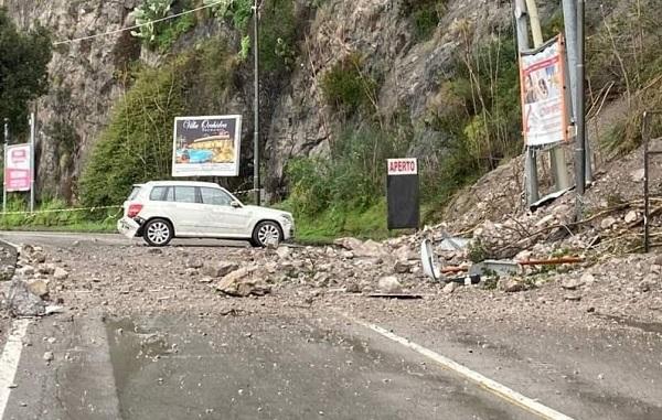 Frana sulla statale Salerno-Vietri: caos, polemiche e tempi lunghi per la riapertura