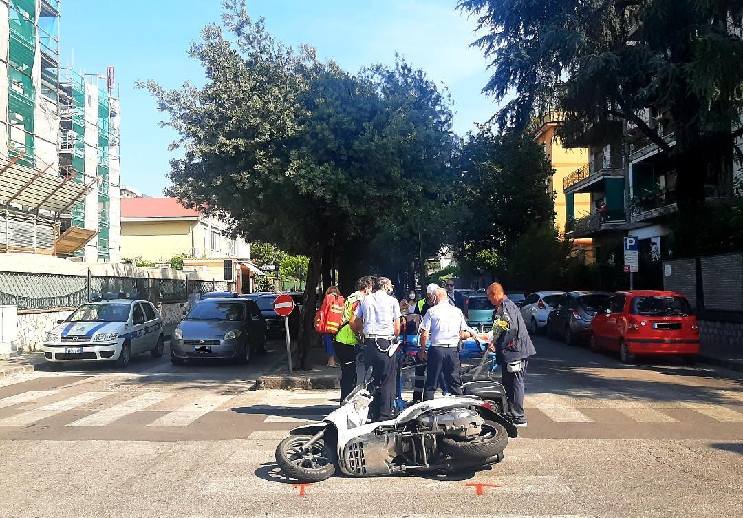 Cava, incidente tra auto e scooter all'incrocio di via Castaldi: un ferito