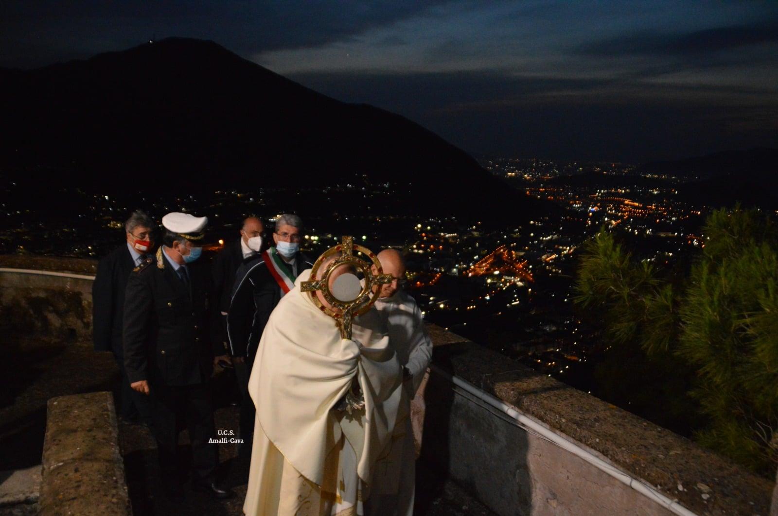 Per il 365º anno consecutivo la Sacra Ostia è stata innalzata dai quattro angoli del Castello di Sant'Adiutore