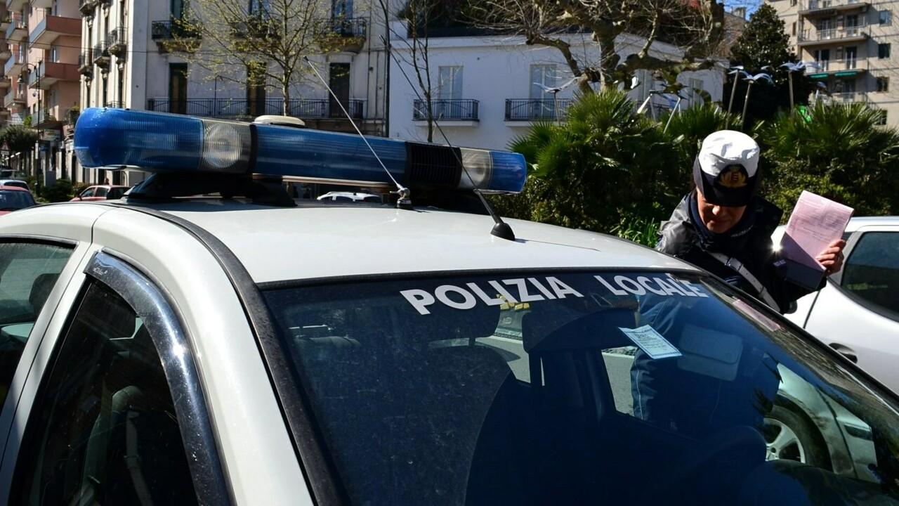 Fugge contromano con l'auto e travolge due ciclisti: arrestato 61enne a Cava