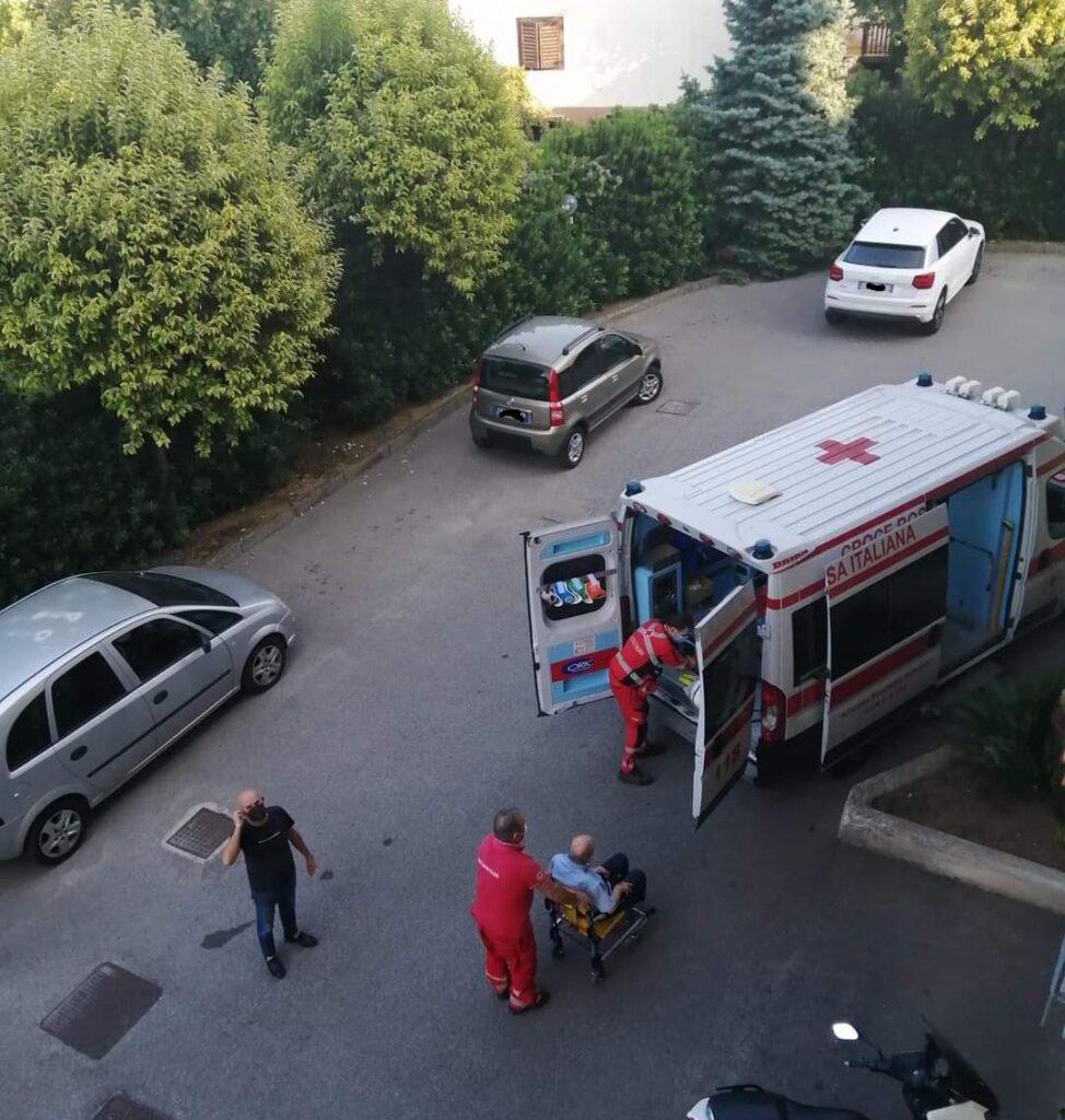 Cava de' Tirreni, ambulanza bloccata a via Gaetano Cinque. Brutta disavventura per un anziano