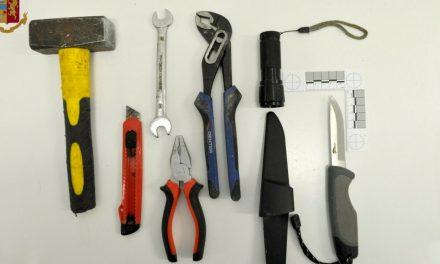 Tenta di rubare l'incasso di un distributore automatico con un martello: arrestato 38enne a Cava